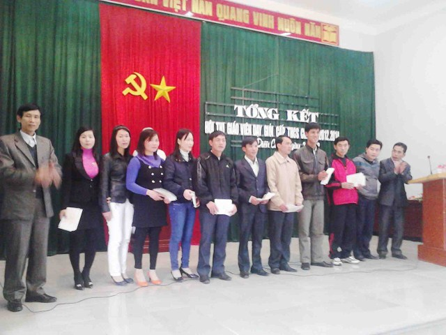 Lễ trao thưởng cho giáo viên đạt kết quả cao