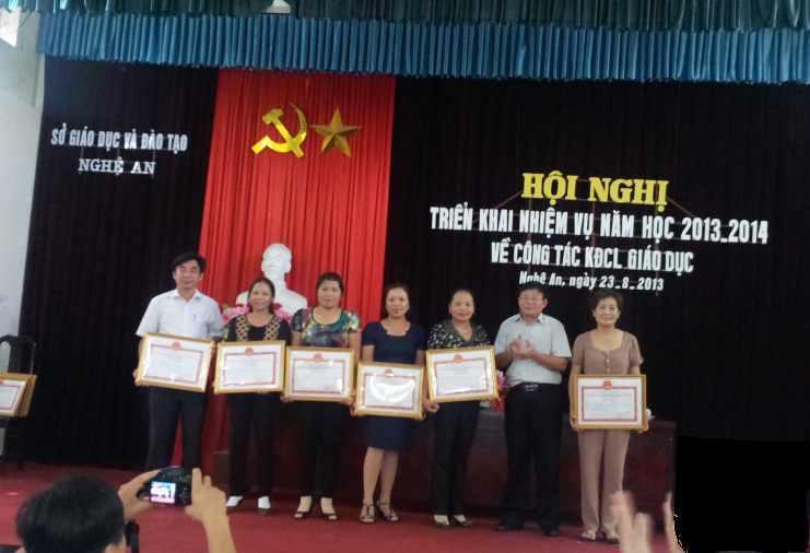 Ông Thái Huy Vinh - Phó Giám đốc Sở GD&ĐT Nghệ An trao giấy chứng nhận KĐCLGD cho các đơn vị.