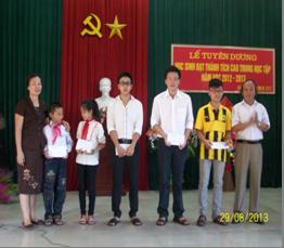 Ông Phạm Văn Thành - UVBTV, PCT UBND huyện và Bà Phan Thị Nguyên - UVBTV, Trưởng Ban Dân vận, Chủ tịch Hội Khuyến học huyện trào quà cho các cháu đạt giải cao trong các kỳ thi