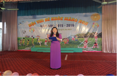 Bà Nguyễn Thị Hương, Phó trưởng Phòng GD&ĐT – Trưởng ban tổ chức đọc diễn văn khai mạc Hội thi